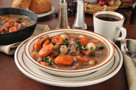 Photo pour Ragoût de boeuf aux carottes, champignons, oignons perlés dans une sauce au vin bordeaux - image libre de droit