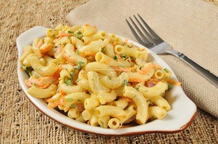 Photo pour Un bol de salade de macaron aux carottes et au persil - image libre de droit