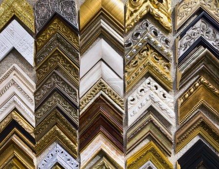 Photo pour Cadres en bois vintage pour les photos au salon de l'art. atelier d'encadrement - image libre de droit