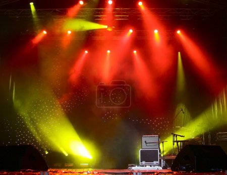 Photo pour De beaux rayons lumineux sur une scène vide avant le concert - image libre de droit