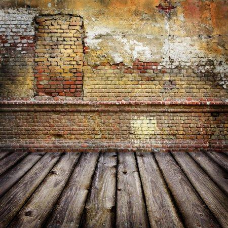 Photo pour Fond studio avec mur de briques et plancher de bois - image libre de droit
