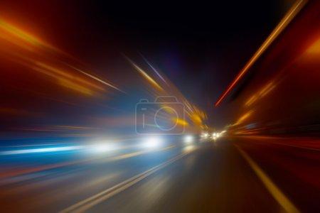 Photo pour Mouvement à grande vitesse sur la route de nuit - image libre de droit