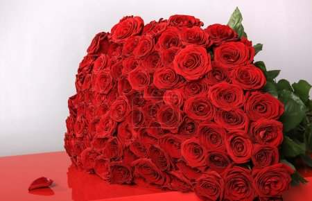 Photo for Big bouquet of red beautiful roses on table - Royalty Free Image
