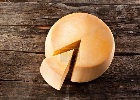 Photo pour Roue de fromage sur table en bois - image libre de droit