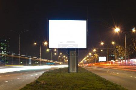 Photo pour Mise au point sélective sur le panneau d'affichage vide en exposition longue - image libre de droit