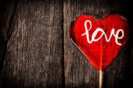Photo pour Coeur en forme de sucette pop sur le fond en bois avec espace vide - image libre de droit