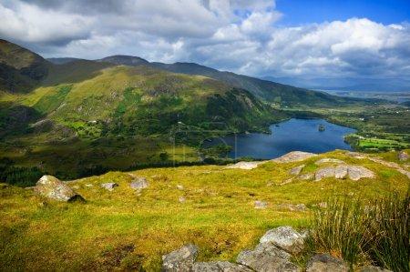Photo pour Vue panoramique sur les montagnes et le lac par temps ensoleillé - image libre de droit