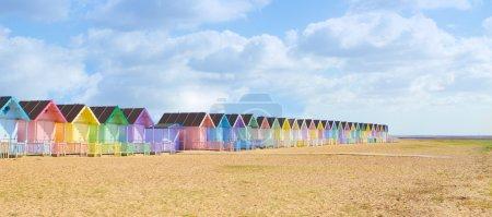 Photo pour Cabanes de plage britannique traditionnel sur une belle journée ensoleillée - image libre de droit