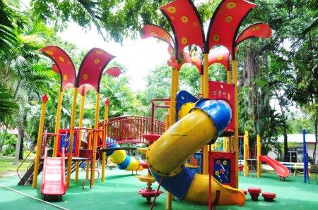 Photo pour Un équipement de terrain de jeux pour enfants coloré . - image libre de droit