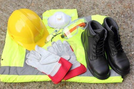 Photo pour Une collection d'équipements de protection individuelle disponibles pour la santé et la sécurité de tous les individus - image libre de droit