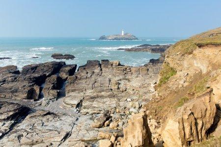 Photo pour Godrevy phare et île St Ives Bay Cornwall côte Angleterre Royaume-Uni face à l'océan Atlantique et populaire auprès des surfeurs, se trouve dans la zone de beauté naturelle exceptionnelle et dispose du sentier de la côte sud-ouest - image libre de droit