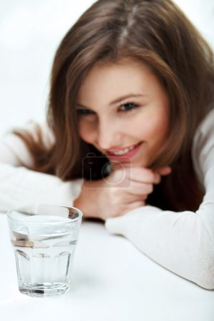 Photo pour Jeune femme souriante avec verre d'eau - image libre de droit