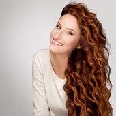 Vörös hajú. Nő gyönyörű göndör haja