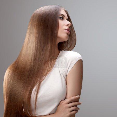 Foto de Cabello castaño. hermosa mujer con pelo largo sano. - Imagen libre de derechos
