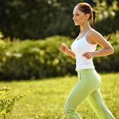 athlète athlétique formation dans un parc pour marathon