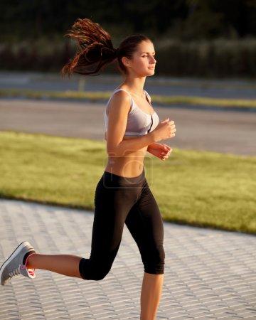 Photo pour Athletic Runner Entraînement dans un parc pour Marathon. Fitness fille courir à l'extérieur - image libre de droit