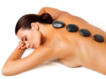 Photo pour Massage aux pierres. belle femme se spa massage aux pierres chaudes dans le salon spa. - image libre de droit