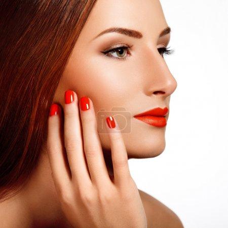 Photo pour Belle femme avec clous rouges. maquillage et manucure. lèvres rouges - image libre de droit