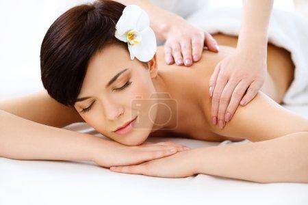Photo pour Femme de Spa. gros plan d'une belle femme à obtenir un traitement de spa. massage - image libre de droit