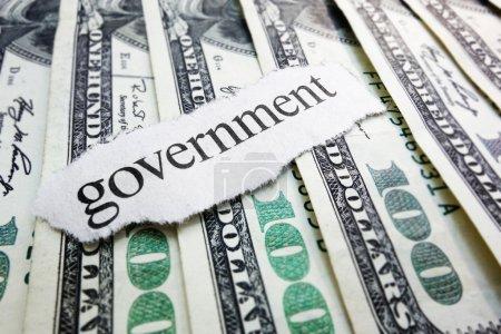 Photo pour Déchets de journaux gouvernementaux sur divers types d'argent - image libre de droit