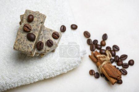 Photo pour Pile de barres de savon aromatisé café et cannelle sur la serviette blanche. - image libre de droit