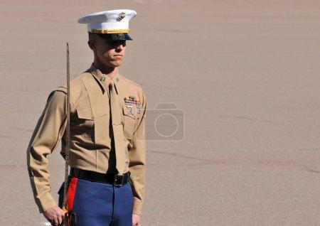 Photo pour Officier du Corps des Marines des États-Unis en alerte - image libre de droit