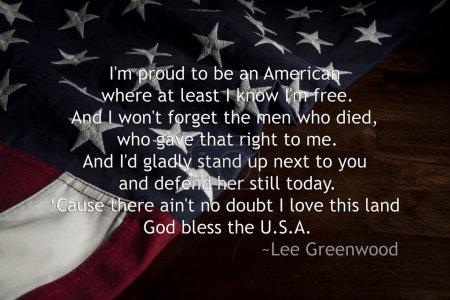 """Photo pour La citation suivante: « je suis fier d'être américain, où au moins j'ai lnow je suis libre. Je n'oublierai pas les hommes qui sont morts, et qui a donné ce droit pour moi. J'ai serait volontiers debout suivant et défendre encore aujourd'hui. cause il n'y a aucun doute, j'aime cette terre.""""- lee greenwood - image libre de droit"""