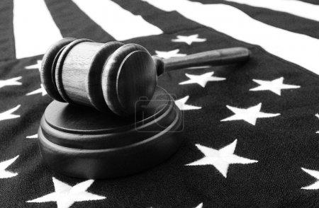 Photo pour Gavel et drapeau - noir et blanc - image libre de droit