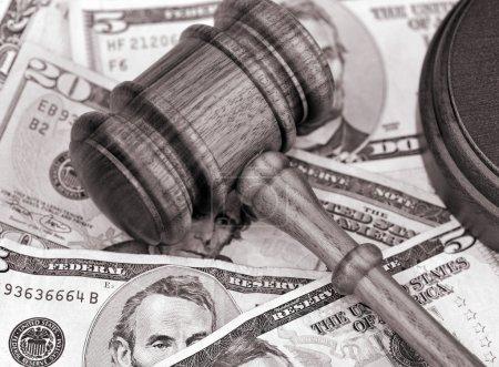 Photo pour Sepia représentation tonique du règlement financier - marteau en bois au sommet de la monnaie américaine . - image libre de droit