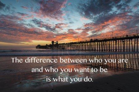 """Photo pour Oceanside Pier California au coucher du soleil. La citation suivante : """"La différence entre qui vous êtes et qui vous voulez être est ce que vous faites ."""" - image libre de droit"""