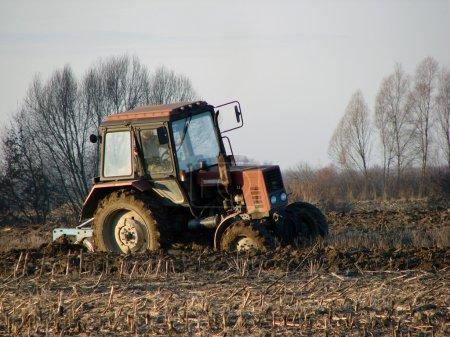 Photo pour Un homme travaillant avec un tracteur - image libre de droit
