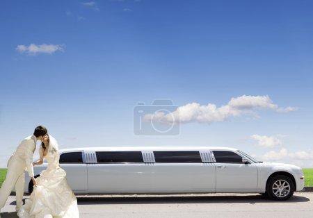 Photo pour Voiture blanche sur une prairie verte - image libre de droit