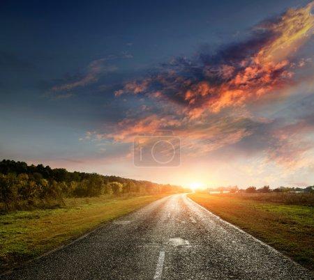 Photo pour Route de campagne pavée avec un ciel étonnamment beau - image libre de droit