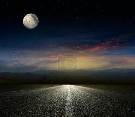 Photo pour Ciel dramatique sur une route asphaltée - image libre de droit