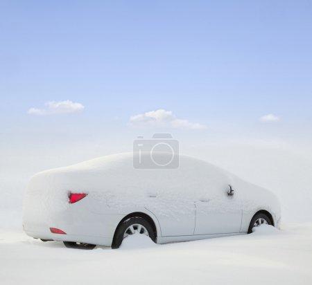 Photo pour Voiture recouverte de neige dans la forêt - image libre de droit