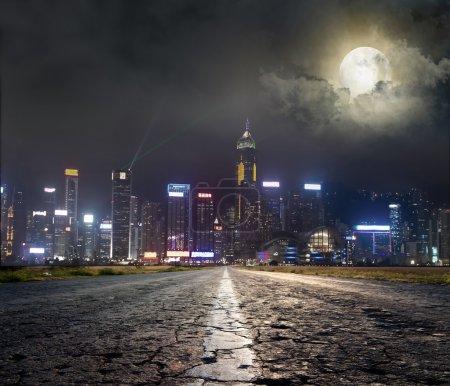 Photo pour Route asphaltée à ville sous - image libre de droit