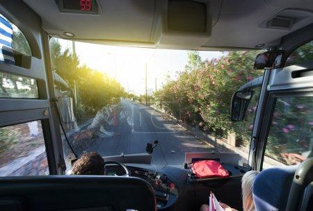 Photo pour Bus touristique lors d'un voyage dans une zone de villégiature - image libre de droit