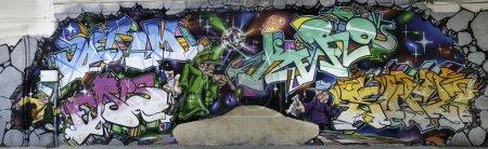 Photo pour Panorama du grand graffiti dans une rue de Bucarest - image libre de droit