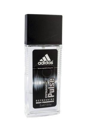 Photo pour Bucarest, Roumanie - 24 janvier : une bouteille d'adidas body spray isolé sur fond blanc. Adidas dynamic pulse a été lancé en 1997 par la maison de conception d'adidas. C'est un parfum rafraîchissant qui est recommandé pour l'usage diurne. - image libre de droit