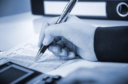 Photo pour Femme d'affaires est le calcul rapport numérique - image libre de droit