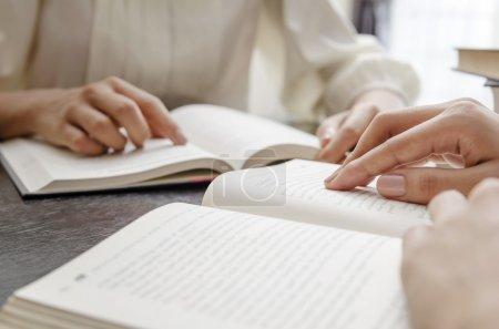 Photo pour Gros plan de la main humaine lisant la bible - image libre de droit