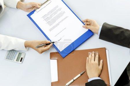 Photo pour Homme d'affaires sur le point de signer le contrat - image libre de droit