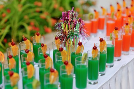 Photo pour Buffet banquet table des boissons colorées sur un tableau blanc - image libre de droit