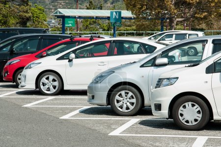 Photo pour Voitures sur un parking au Japon - image libre de droit