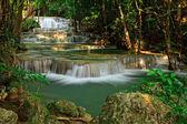 Vodopád v tropickém lese západně od Thajska