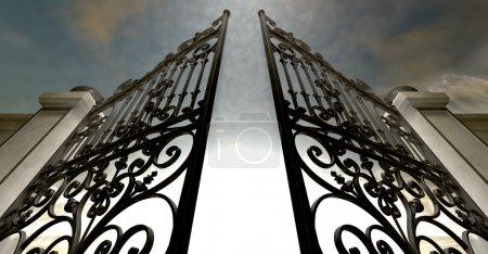 Photo pour Une paire de portes ornées au ciel ouvrant sous un au-delà éthéré de lumière et nuageux - image libre de droit