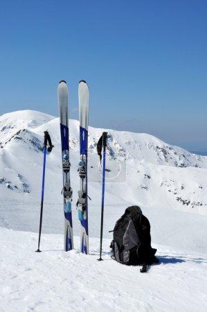Skier, Skistöcke und Rucksack in der Tatra