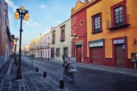 Foto de Puebla de zaragoza, México - 16 de marzo de 2011: las calles mañana en una de las cinco ciudades coloniales españolas más importantes en el país. su historia y estilos arquitectónicos son muy famosos - Imagen libre de derechos
