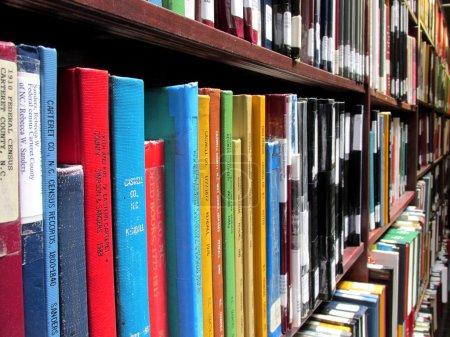 estantes de la biblioteca