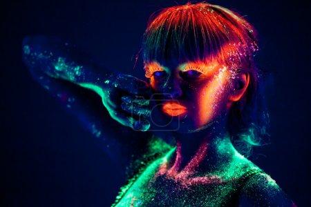 Photo pour Visage de femme au bodyart fluorescent. Fond noir. Plan studio - image libre de droit